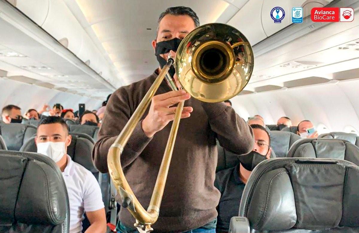 Una orquesta en el avión -